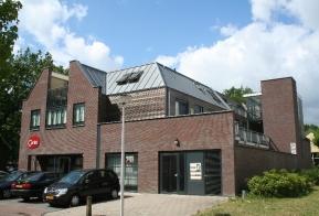 Bedrijfspand met bovenwoningen te Weerselo